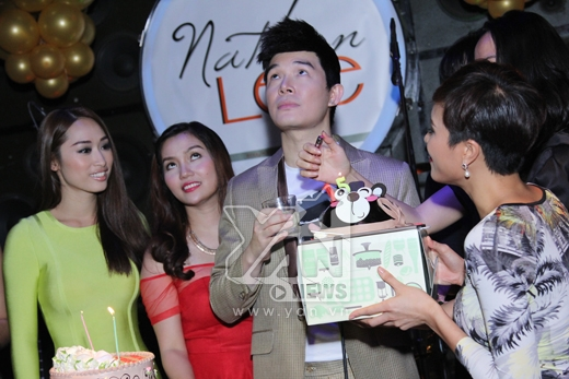 Nathan Lee đã có một đêm sinh nhật tưng bừng bên cạnh những người bạn thân như Ngọc Anh, Phương Mai, Trác Thúy Miêu, Quỳnh Thy, LiLy Nguyễn - Tin sao Viet - Tin tuc sao Viet - Scandal sao Viet - Tin tuc cua Sao - Tin cua Sao