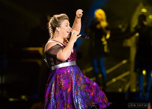 """Kelly Clarkson chiều fan """"thay áo"""" cho hit của Miley Cyrus"""