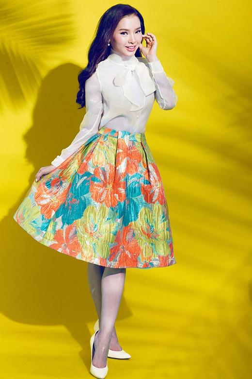 Một trong những cảm hứng kinh điển của thời trang thể hiện trọn vẹn qua sự kết hợp của chiếc áo sơ mi trắng phối cùng chân váy chữ A điệu đà, nữ tính. Tuy nhiên, bộ trang phục này thật sự tạo nên sự khác biệt, mới lạ bởi những họa tiết hoa loang màu hợp xu hướng.