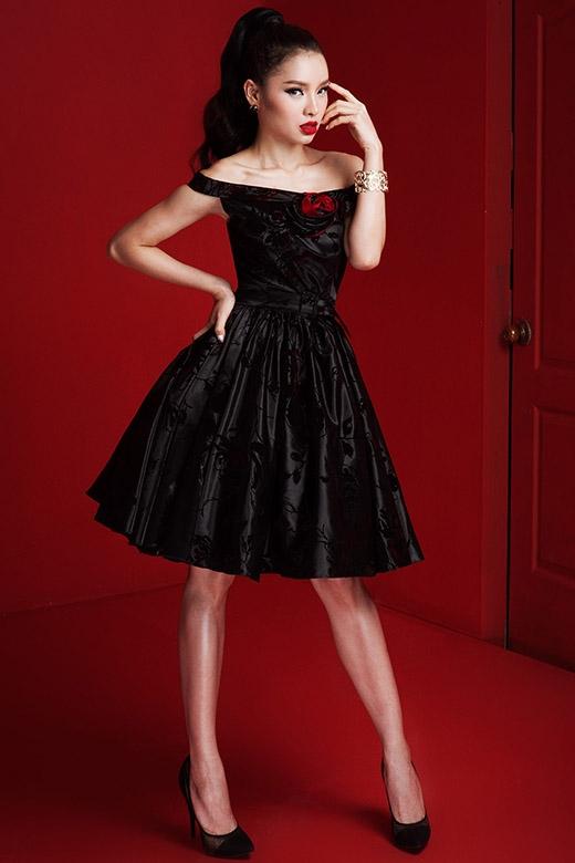 Sắc đen vẫn chưa bao giờ hết thu hút bởi sự mạnh mẽ nhưng lại khá quyến rũ, nồng nàn. Người ta thường ví von tông màu này như một lời hứa hẹn đầy thủy chung trong thế giới xa hoa, diễm lệ của thời trang.