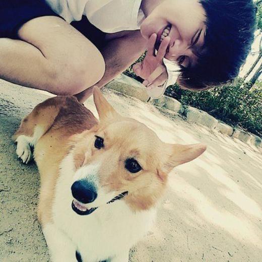 Chụp cùng vật nuôi bao giờ cũng là vũ khí tối thượng để các anh chàng chinh phục phái nữ, điển hình là tấm ảnh này của Baekhyun (EXO).