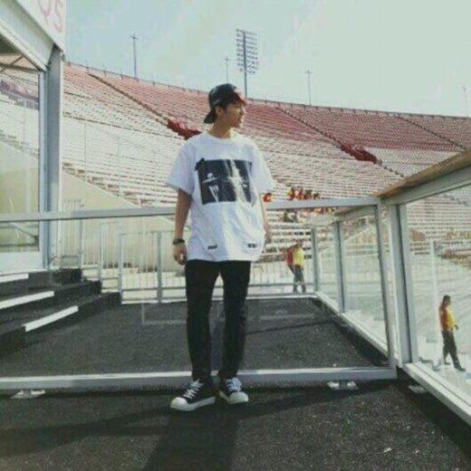 Với nón snapback, áo thun đơn giản, quần jeans đen cùng giày thể thao, hình ảnh của Woohyun (Infinite) khiến nhiều cô nàng không khỏi ngất ngây và muốn trải qua một buổi hẹn hò đặc biệt với anh chàng ngay tại sân vận động.