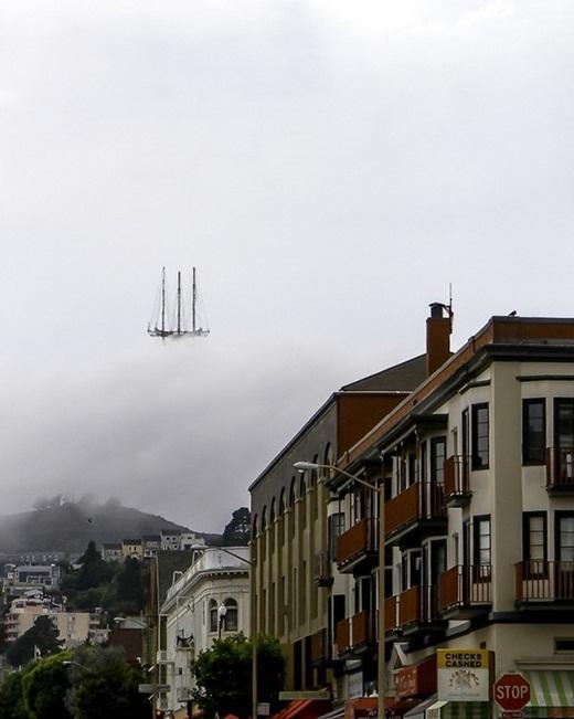 Vào một ngày sương mù bao phủ, phần chóp của một tòa tháp nhìn chẳng khác nào con thuyền đang bay lơ lửng.