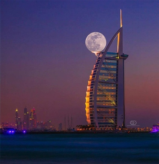 Khi được chụp đúng lúc, mặt trăng nhìn tròn tròn dễ thương như một quả gôn phải không nào?
