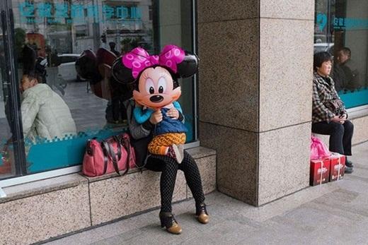Bạn nhỏ Micky này có vẻ thích ôm.