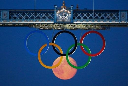 Trong một thời điểm khác, mặt trăng trông như lồng vào những vòng tròn trong biểu tượng của Thế vận hội Luân Đôn 2012.