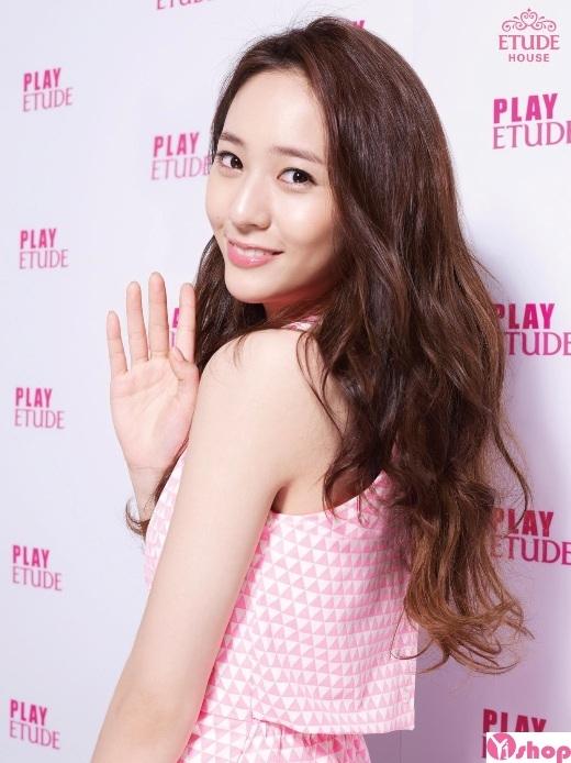 """Có thể nói Krystal là thành viên đa năng nhất f(x). Không chỉ sở hữu vẻ đẹp lạnh lùng cuốn hút, giọng hát cao vút của cô nàng vẫn thừa sức chinh phục các fan. Ngoài ra, nữ thần tượng còn được đánh giá là một trong những """"mầm non"""" triển vọng của làng phim xứ Hàn trong tương lai."""