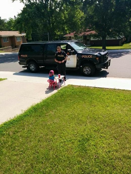 Tan chảy với hành động bất ngờ của anh cảnh sát dành cho bé gái
