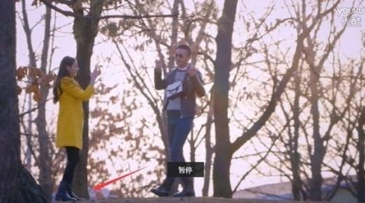 Đôi giày của nhân vật nữ do Địch Lệ Ba đóng đã thay đổi dù cùng phân đoạn.