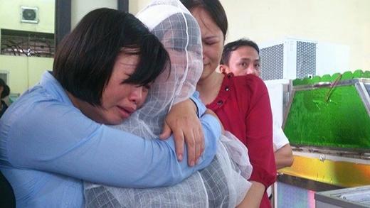Người thân của những nạn nhân bị thiệt mạng trong trận mưa lũ ở Quảng Ninh vừa qua. Ảnh: GĐ&XH