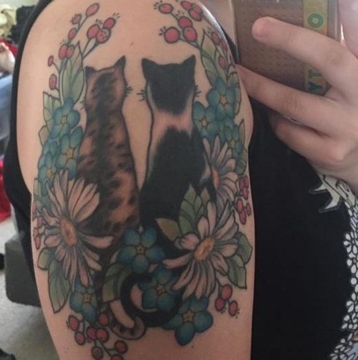 Hoặc bạn cũng có thể xem xét ý kiến về một hình xăm cực kì tỉ mỉ và chi tiết về hai chú mèo ngồi cạnh nhau.
