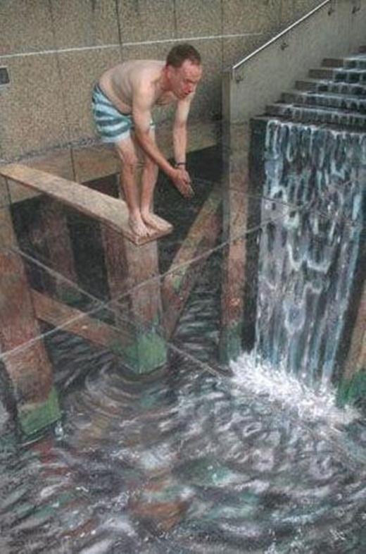Bạn có tin rằng anh chàng này đang chuẩn bị nhảy xuống thác không ?