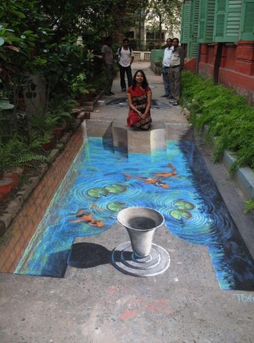Bức tranh chân thật đến nỗi ai cũng ngỡ cô gái kia đang ngồi nguyện cầu trước một hồ nước trong xanh.