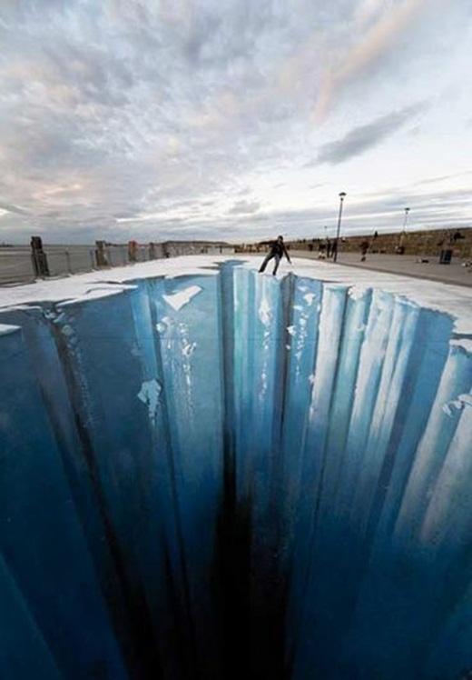 Hố băng sâu thẳm bất chợt xuất hiện giữa đường phố.