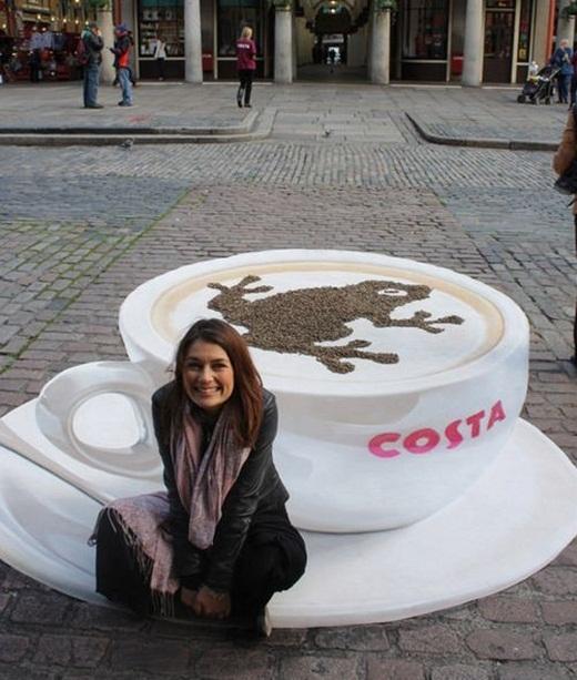 Không ít người tưởng lầm có một cốc cà phê xuất hiện trên đường phố trong bức ảnh của cô gái này.