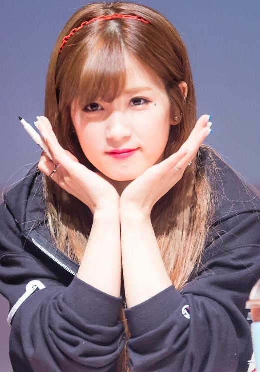 """Đảm nhận vai trò trưởng nhóm,Chorong lại là thành viên kiệm lời nhất A Pink,nhưng không vì vậy mà cô nàng bị lu mờ. Vẻ ngoài dịu dàng, thanh thoát chính là vũ khí lợi hại nhất giúp nữ thần tượng dễ dàng """"đốn tim"""" đông đảo các fan."""