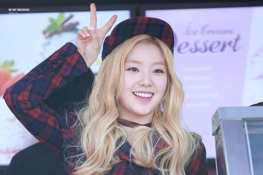 """Những hình ảnh từ thời còn là thực tập sinh của Irene đã giúp cô sớm thu hút lực lượng fan hùng hậu. Sau khi ra mắt, nhan sắc trong sáng, thuần khiết, toát lên khí chất """"nữ thần"""" giúp trưởng nhóm Red Velvet trở thành một trong những thành viên đông fan nhất nhóm."""