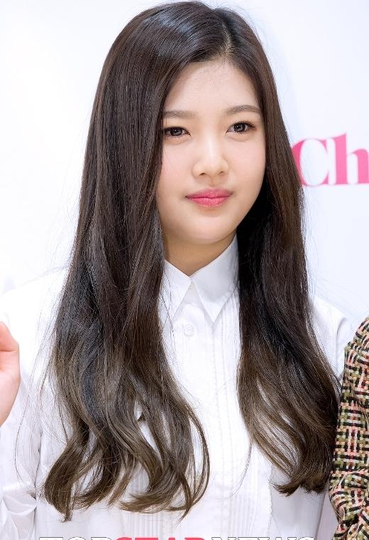 Gương mặt bầu bĩnh cùng nụ cười tít mắt chính là đặc điểm để nhận diện Joy. Tuy nhiên, cư dân mạng lại tỏ ra không đồng tình với việc cô nàng được xem là đại diện nhan sắc của Red Velvet. Dù vậy, vẫn không thể phủ nhận Joy là thỏi nam châm hút fan cực tốt của nhóm nhạc nhà SM.