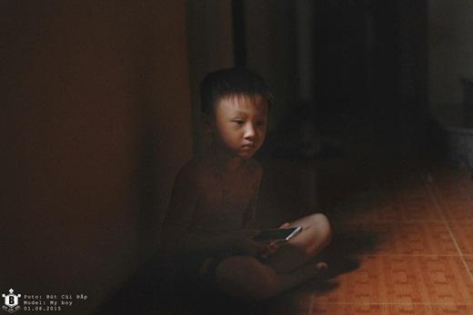 Đứa trẻ dần lệ thuộc vào chiếc smartphone... Đứa bé không nhanh nhẹn không hoạt bát. Nó dần thích bóng tối, con người của nó đang dần lùi vào bóng tối với chiếc điện thoại thông minh trong tay.