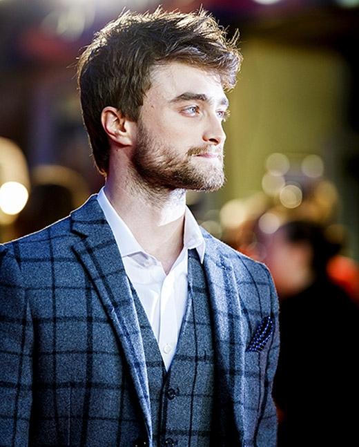 Từ một cậu bé phù thủy đeo kính trở thành một diễn viên điển trai hàng đầu. Anh chàng đã tạo cho mình một vẻ ngoài quyến rũ hơn nhờ để râu và phong cách ăn mặc.