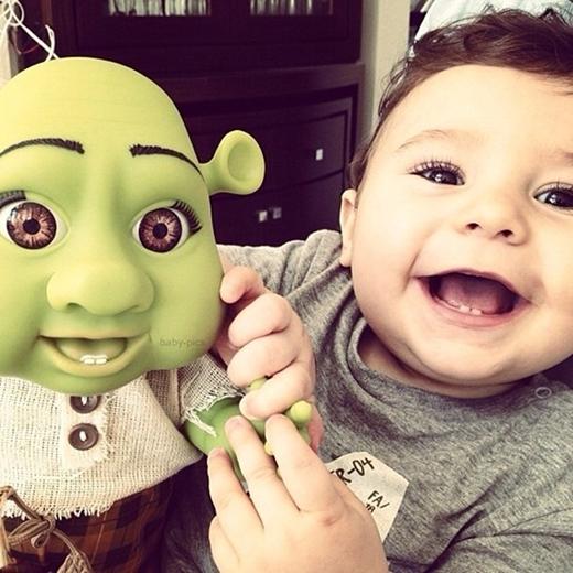 Quái vật da xanh Shrek phiên bản da trắng với hàng mi cong cùng nụ cười tươi rói khoe hai chiếc răng cửa hàm dưới. Đáng yêu quá phải không?