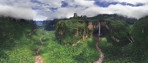 Một bức ảnh góc rộng của thác Churun-meru, Venezuela cũng phần nào phô bày vẻ đẹp hoang sơ nơi đây, đồng thời là minh chứng cho sự tài tình, khéo léo của Mẹ Thiên Nhiên.