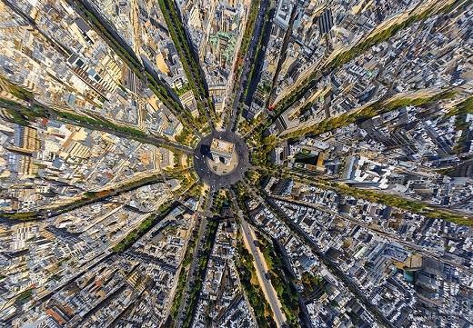 Thì ra khu vực xung quanhKhải Hoàn Môn nổi tiếng của nước Pháp lãng mạn khi nhìn từ trên cao lại trông giống một bông hoa.