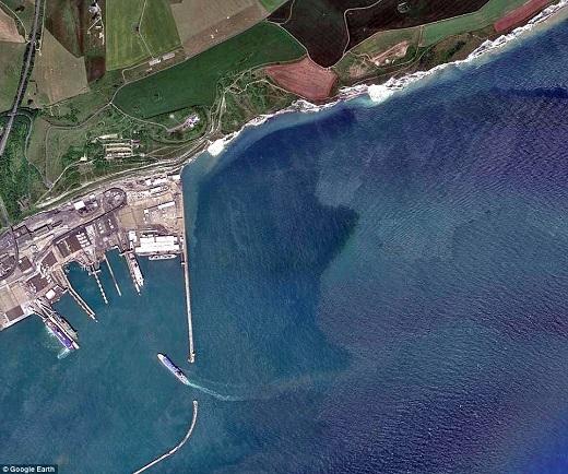 Bạn có đoán được ranh giới mỏng manh giữa biển này là gì không?