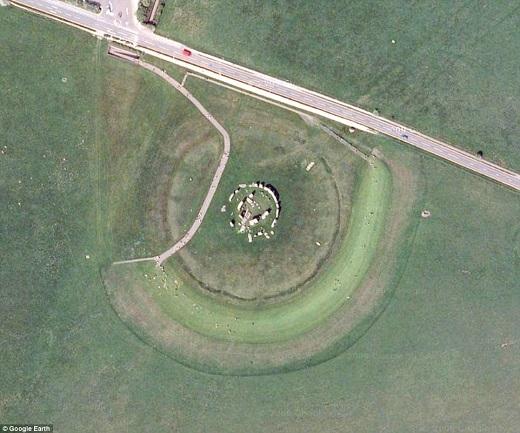 Stonehenge nổi tiếng thế giới đột nhiên trở nên nhỏ bé với góc chụp này.