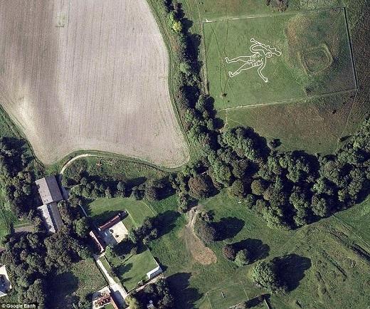 Hình người khổng lồ nổi tiếng trên đồi Dorset nước Anh - Cerne Abbas Giant có từ thế kỉ 17 được xem là cứu tinh của những phụ nữ vô sinh.
