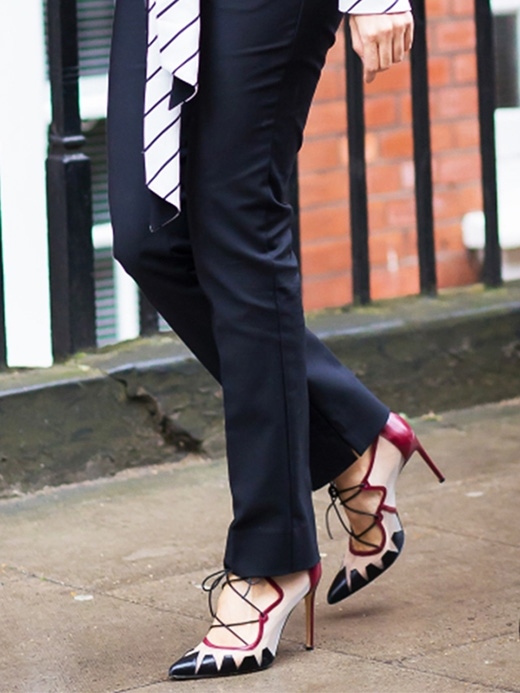 Hãy di chuyển những bước chân nhỏ và chắc chắn! Khi đi với tốc độ nhanh trên giày cao gót sẽ khiến toàn bộ cơ thể của bạn căng cứng để giữ thăng bằng.