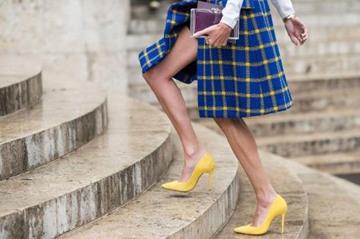 Khi di chuyển trên cầu thang, đôi chân sẽ có xu hướng bị vuột khỏi giày gây nên khá nhiều rắc rối cho các cô gái. Nhẹ nhàng cong những đầu ngón chân vào mũi giày sẽ giúp bước chân trở nên vững chắc và thoải mái hơn.