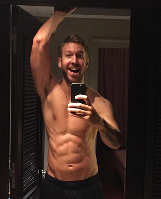 Anh chàng có một thân hình hoàn hảo khiến nhiều người phải chết ngất. Calvin cũng thường xuyên đăng những bức ảnh khoe cơ thể 6 múi của mình lên trang cá nhân. Đây có thể nói là một trong những điều khiến các cô gái ghen tị nhất với Taylor Swift.