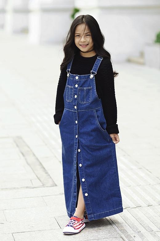 Sunny Dương mang người xem trở về với những năm tháng tuổi thơ qua hình ảnh của chiếc váy yếm denim cài cúc giữa.