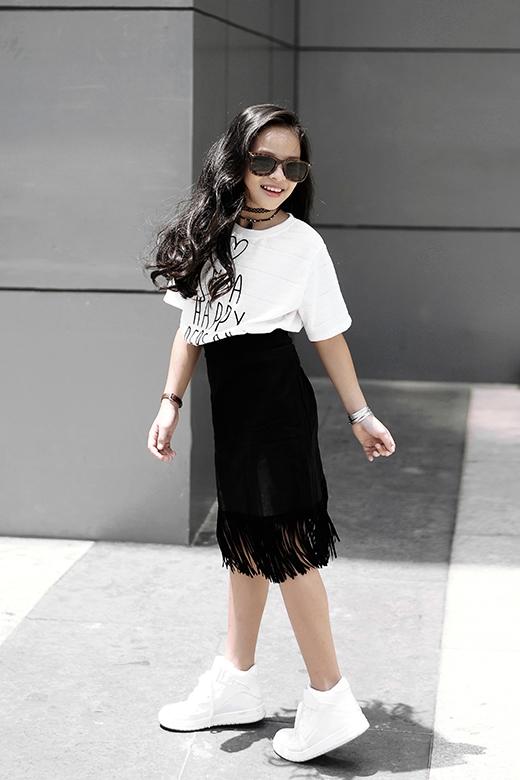 Cô em còn mang đến những dư vị thời trang mới mẻ qua chi tiết tua rua tạo điểm nhấn cho phần chân váy bút chì cổ điển.