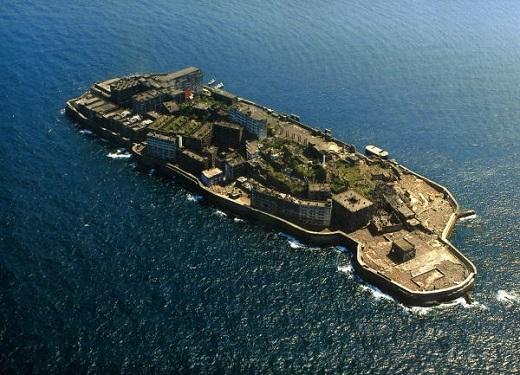 Đảo Hashima uy nghiêm giữa biển trời, chất chứa nhiều câu chuyện bí ẩn và quá khứ đau thương.