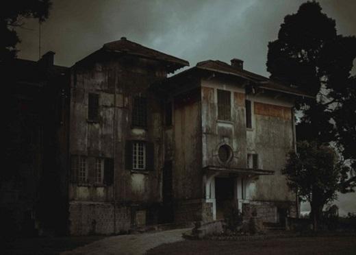 Có rất nhiều câu chuyện liêu trai về ngôi nhà này được lưu truyền.