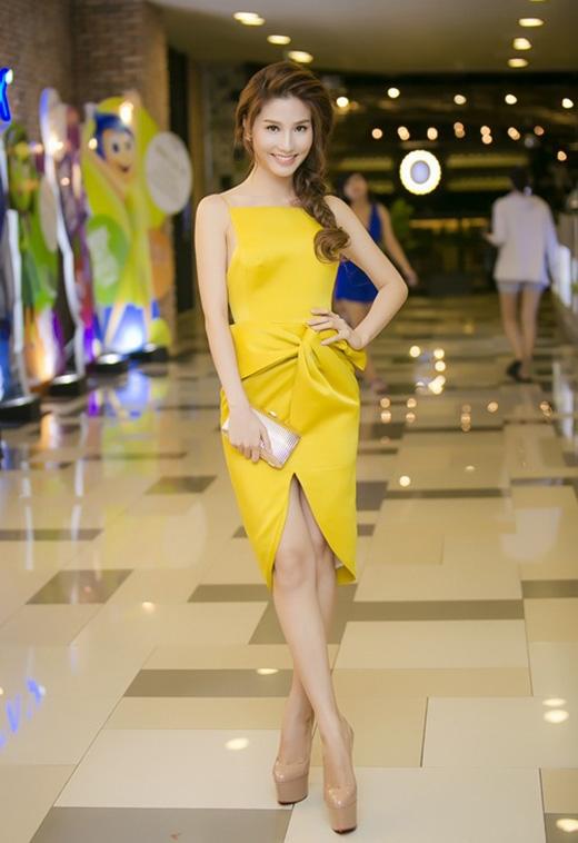 Sắc vàng sậm ấm áp cùng kiểu váy cổ yếm vuông lạ mắt kết hợp lối trang điểm tự nhiên giúpDiễm My 9Xsánh vai cùng các mĩ nhân mặc đẹp tuần này.