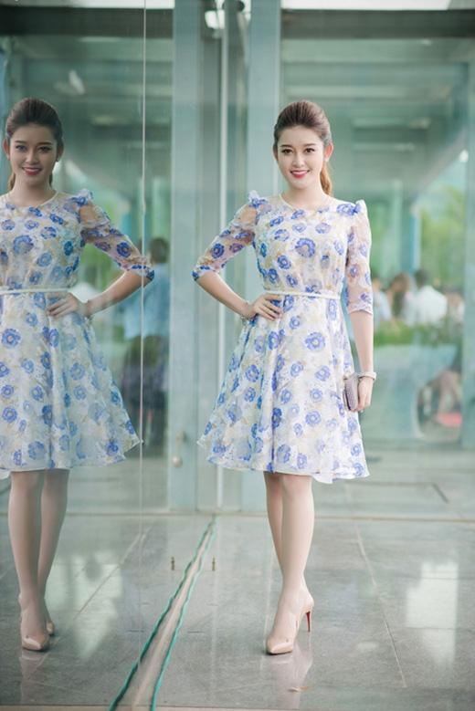 Kiểu váy xòe tay bồng cổ điển kết hợp những họa tiết hoa xanh tím mang không khí lãng mạn của những ngày đầu thu như được đo ni đóng giày tuyệt đối cho á hậuHuyền My.