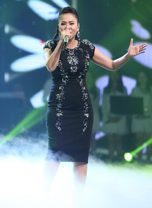 Những chi tiết ánh kim đính kết tinh tế trên nền đen của chiếc váy bodycon màThu Minhdiện trên sân khấu chung kếtVietNam Idol 2015khiến nhiều người liên tưởng đến vẻ đẹp đầy thu hút của những ngôi sao lấp lánh giữa bầu trời đêm huyền diệu.
