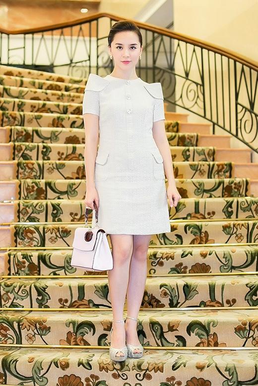 Cả bộ trang phục được phối hợp đồng điệu từ màu sắc đến kiểu dáng mang đến hình ảnh người phụ nữ thành đạt cho á hậuDương Trương Thiên Lý.