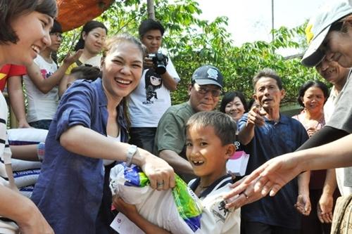 Mỹ Tâm thường xuyên đưa những fan trẻ tuổi cùng đi trong các buổi từ thiện, như một cách gieo mầm thiện trong lòng họ. - Tin sao Viet - Tin tuc sao Viet - Scandal sao Viet - Tin tuc cua Sao - Tin cua Sao