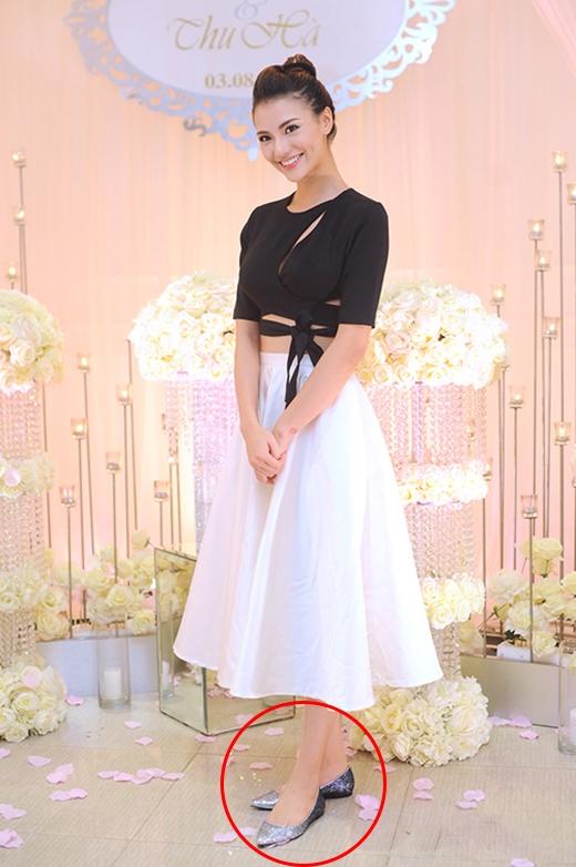 Đến tham dự lễ cưới của người bạn thân, chân dài Hồng Quế diện bộ trang phục kết hợp giữa áo crop top cắt xẻ táo bạo cùng chân váy xòe khoe khéo vòng eo thon gọn. Nhưng cô lại gây hụt hẫng khi chọn diện cùng giày búp bê mũi nhọn điệu đà.