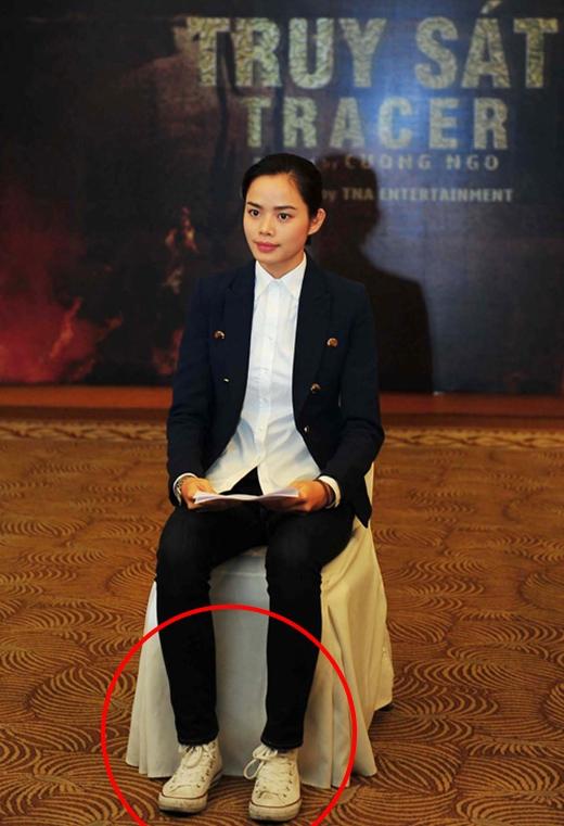Sự kết hợp giữa giày thể thao với bộ trang phục theo phong cách menswear của chân dài Thu Hiền khá ổn. Nhưng đôi giày quá bẩn khiến nhiều người e dè về sự chỉn chu của cô nàng.