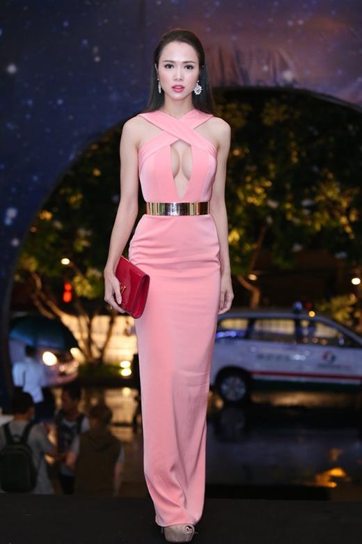 """Chiếc ví cầm tay tông đỏ rượu sang trọng của Vũ Ngọc Anh hoàn toàn """"trật đường ray"""" với bộ váy từ màu sắc đến kiểu dáng."""