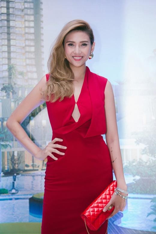 Sự tương phản quá mạnh giữa hai tông màu đỏ của chiếc ví da cầm tay và bộ trang phục phần nào làm giảm bớt sức hút của Hoàng Yến.