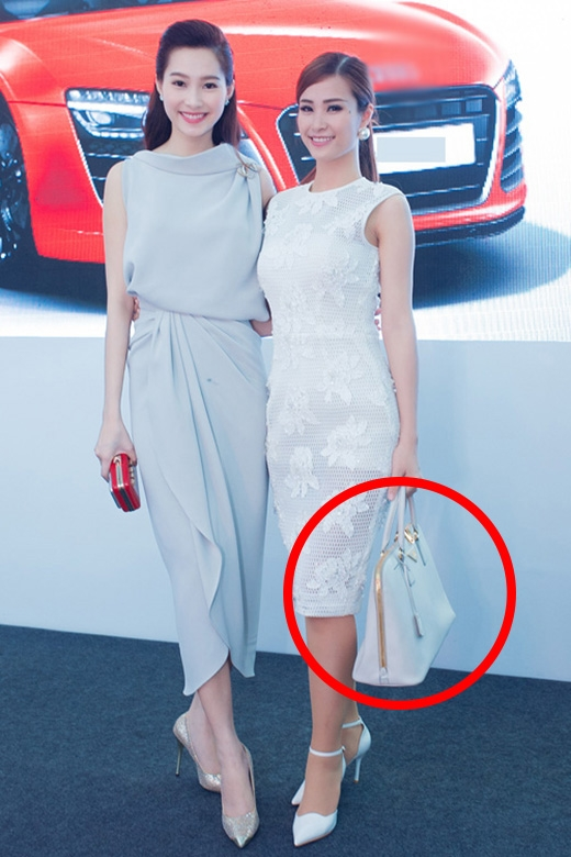 Đông Nhi lại mang chiếc túi xách to đùng đi kèm bộ váy cocktail đơn giản, sang trọng. Lẽ ra, những chiếc clutch cầm tay nhỏ xinh nên được nữ ca sĩ lựa chọn.