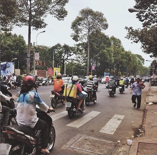 Người ta gọi Sài Gòn là thành phố hoa lệ, không phải chỉ vì sự xa hoa, giàu có của nơi đây, mà Sài Gòn còn giàu có bởi những mảnh đời khác nhau. (Ảnh: IG tuyenbemap)