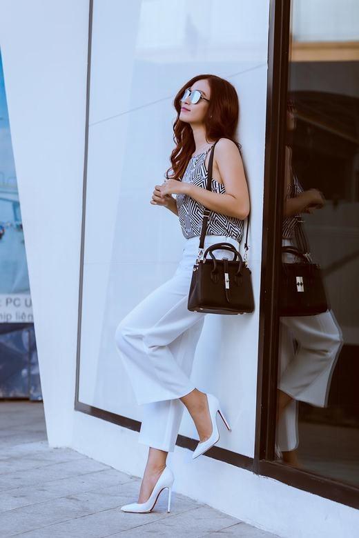Những thiết kế tưởng đơn giản nhưng khi kết hợp một cách phù hợp cùng phụ kiện đã biến nữ ca sĩ chân dài thành một fashionista chính hiệu.