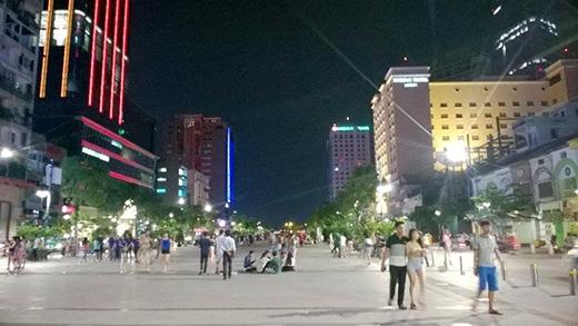 Đến gần 23g cùng ngày, phố đi bộ Nguyễn Huệ đã bình yên trở lại.